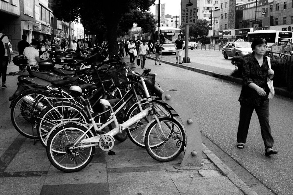 shanghai-street-photography-woman-bicycles
