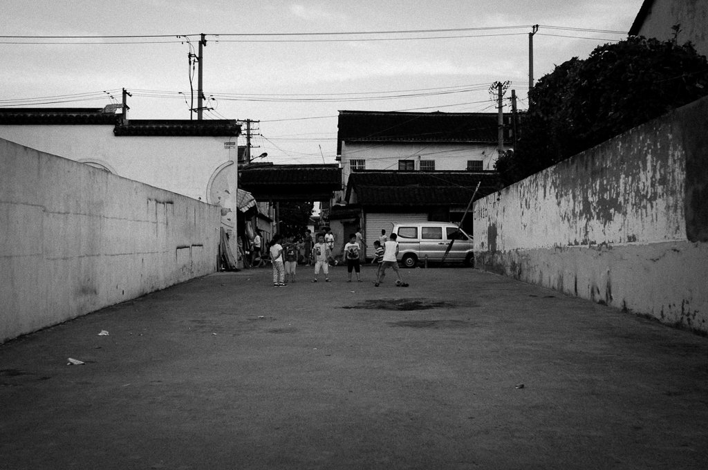 street-photography-monochrome-football