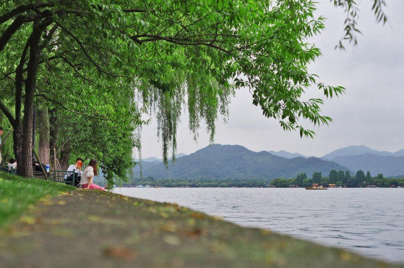 couple at west lake hangzhou