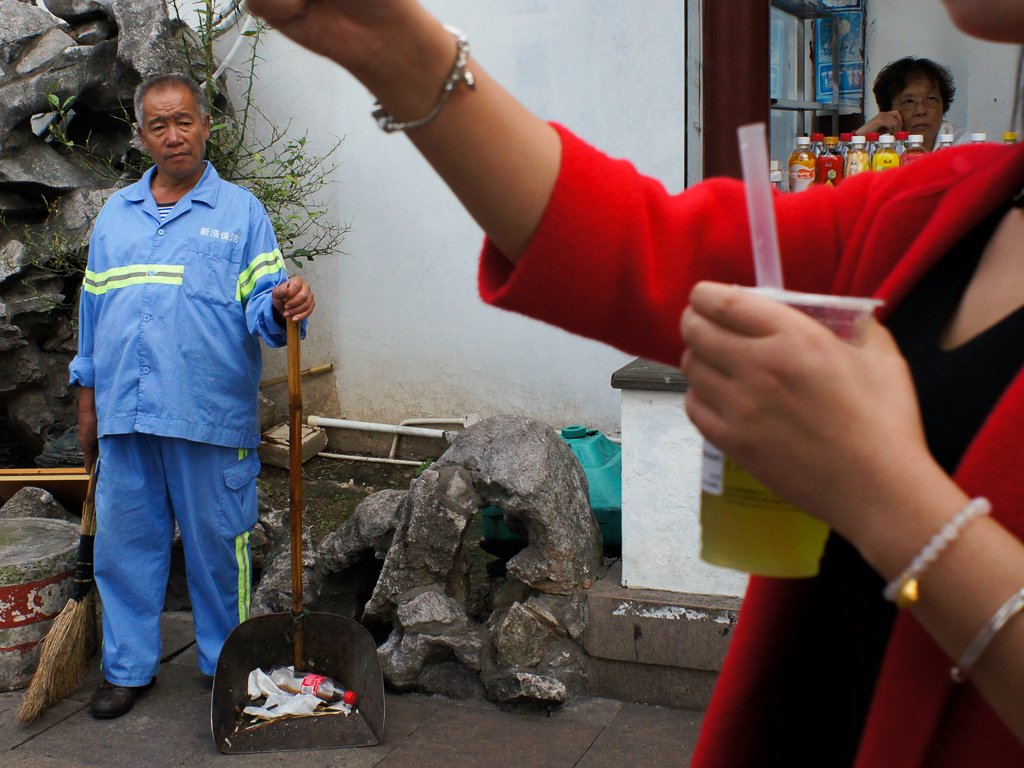 street-photography-street-cleaner