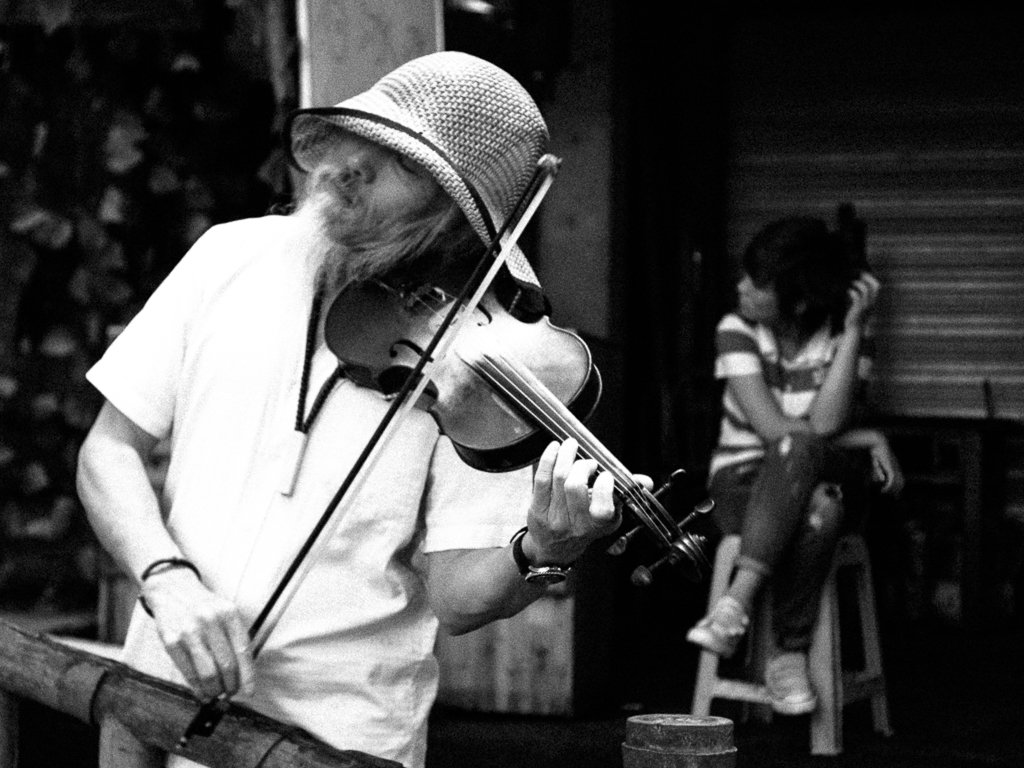 ciqikou violin player